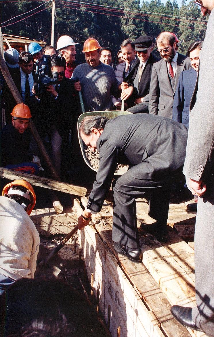 Ministro de Educación Ricardo Lagos Escobar, poniendo la Primera Piedra del CEAT