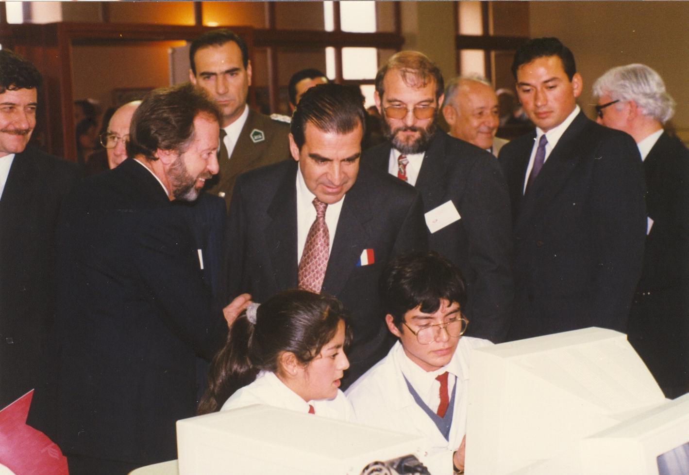 Presidente Eduardo Frei Ruiz-Tagle conociendo las instalaciones del CEAT